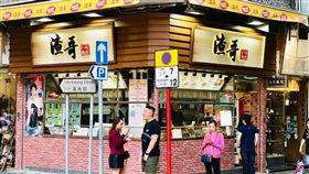 香港地區因為「逃犯條例」引發的反送中抗爭仍在持續,不少香港網友以「今日香港,明日台灣」的口號,來呼籲台灣人民不要輕易相信一國兩制。面對香港的處境,台灣多數民眾也心有所感,經常在網路上聲援香港,昨(15)日更有香港店家表示,一名台灣女子到他的店內留下5000元港幣(約新台幣2萬元),買了200份套餐給示威民眾填飽肚子,讓店家直呼這是「台灣來的天使」。(圖/翻攝自臉書渣哥一九九六)