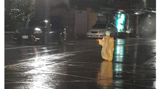 ▲一名年約4到5歲的女童在大雨中,突然衝到路中央撿鞋子,險些遭撞。(圖/翻攝爆怨公社)