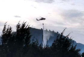 綠島山林大火 空勤黑鷹直升機壓制火勢