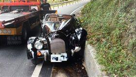 ▲一名54歲袁姓駕駛,開著英國老牌敞篷車MORGAN Plus 4失控自撞山坡,估計維修費用超過200萬。(圖/翻攝畫面)