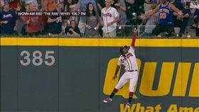 ▲亞古納(Ronald Acuna Jr.)右外野全壘打牆上沒收陽春砲。(圖/翻攝自MLB官網)