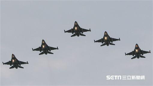 總統蔡英文與三軍司令開球,F-16戰機衝場。(圖/記者林士傑攝影)