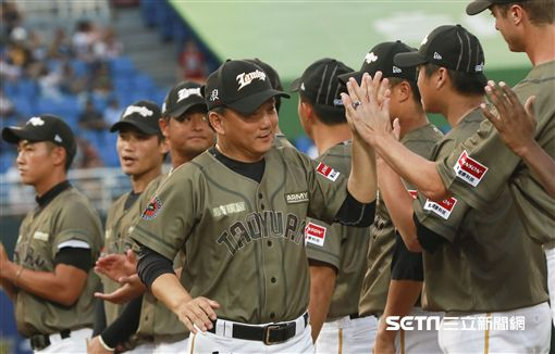 總統蔡英文與兩隊總教練、洪一中。(圖/記者林士傑攝影)