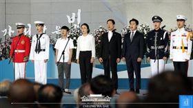 南韓天團SHINee與BTOB昌燮同台演出,軍人身分唱南韓國歌。(圖/翻攝韓媒Dispatch)
