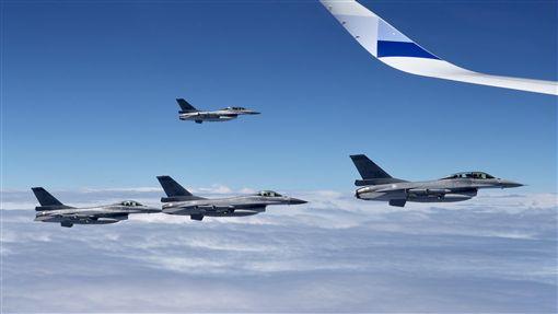 總統出訪返國 4架F-16戰機護航(1)總統蔡英文結束非洲友邦史瓦濟蘭訪問行程,21日搭乘專機返抵國門,4架F-16戰機升空伴飛,迎接蔡總統返國。中央社記者吳翊寧攝 107年4月21日