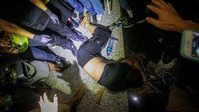 男子遭示威者包圍反送中示威者13日持續在香港機場集會,14日凌晨0時,一名男子被參加反送中集會的示威者包圍,並綁住雙手雙腳。中央社記者吳家昇攝 108年8月14日
