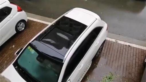 南部雨狂灌!他車「沒關天窗水淹頂」(圖/翻攝自老司機臉書粉絲團)