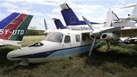 許多富豪家裡都有一台私人飛機,想去哪就飛去哪,令人稱羨,但昂貴的飛機可不是人人都可買得起,因為一台飛機的價格動輒就是幾億起跳,讓人望之卻步。但是現在在肯亞機場,有幾架飛機就超便宜,你也有可能負擔得起,因為這邊的飛機,一台只要1000美元(約新台幣3.1萬元),讓你可以輕鬆購買,立刻躋身富豪行列。(圖/翻攝自BBC)