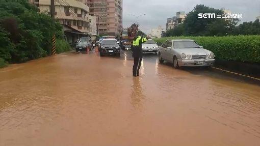 瞬間超強雨彈襲龍井 巷內「路淹成河」