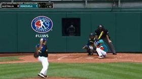 ▲少棒比賽的打者蹲下來干擾投手投球。(圖/取自美國職棒官網)