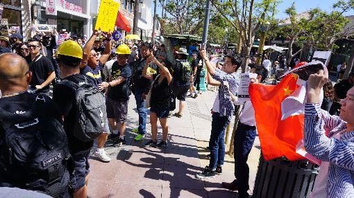 洛杉磯港人遊行 中國留學生舉五星旗對嗆300多名海外香港人17日在洛杉磯的觀光勝地聖塔蒙尼加(Santa Monica)行人徒步區遊行,約5名中國留學生舉五星旗對嗆。中央社記者林宏翰洛杉磯攝 108年8月18日