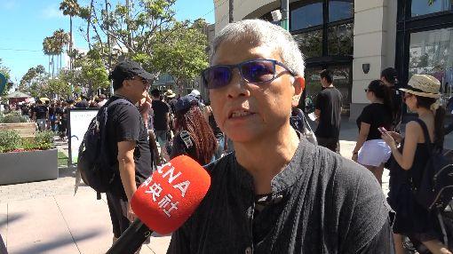 六四學運領袖王超華參與遊行挺香港六四學運領袖王超華(圖)17日在洛杉磯參與遊行,抗議香港警察使用暴力。她受訪時說,「關於一國兩制,香港是一個活生生的例子」,呼籲台灣人眼光放遠一點,不要只看短期利益。中央社記者林宏翰洛杉磯攝 108年8月18日