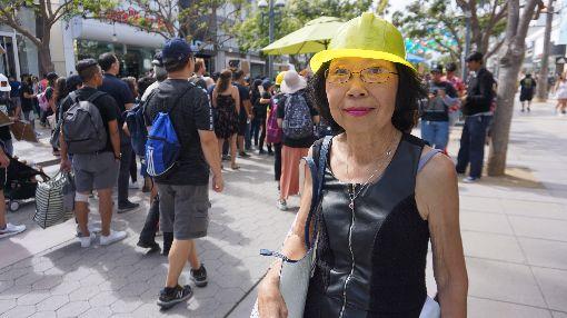民權人士劉雅雅挺香港 與中國學生對嗆洛杉磯民權組織「視覺藝術家協會」主席劉雅雅(圖)17日參與遊行支持香港。她說看到中國留學生來到這裡,享有美國言論自由,卻為中共獨裁者辯護,感到很生氣。中央社記者林宏翰洛杉磯攝 108年8月18日