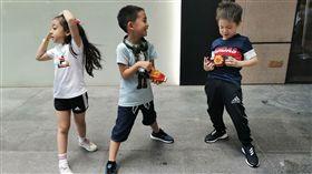 港星陳小春兒子Jasper跟霍思燕兒子嗯哼、劉耕宏女兒小泡芙聚會。微博