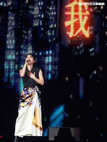 高音天后丁噹擔任趙傳演唱會嘉賓,雙世代小小鳥對尬,挑戰觀眾耳膜。(記者邱榮吉/攝影)