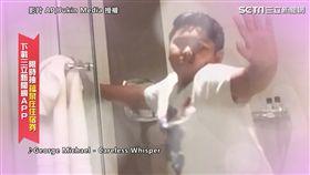 ▲弟弟在姊姊身後的玻璃門內,陶醉地伴舞。(圖/AP/Jukin Media 授權)