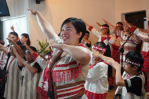 助貧童圓夢 台灣部落前進大馬(3)台灣兒童合唱團錦屏團隊18日下午受邀到吉隆坡演出,為現場觀眾帶來泰雅歌曲,並帶動唱,炒熱現場氣氛。中央社實習記者張廖永臻吉隆坡攝 108年8月18日