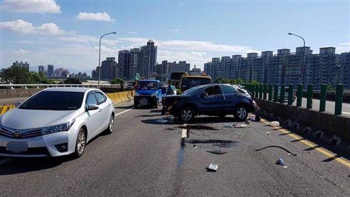 新北,台65線,車禍,自撞,翻車,酒駕(圖/翻攝畫面)