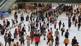 香港地鐵出軌停駛(2)香港地鐵25日凌晨3時許發生工程車脫軌事故,造成東鐵線多個地鐵站停駛。圖為沙田站,等待接駁巴士的市民在新城市廣場大排長龍。(中通社提供)中央社 108年7月25日