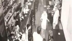 官員「酒吧公然施暴」!狂賞外籍男9巴掌 2分鐘無人阻止(圖/翻攝自CP Network 2 YouTube)