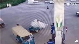 (圖/翻攝自北京日報)中國,湖北,加油站,抽菸,阿伯