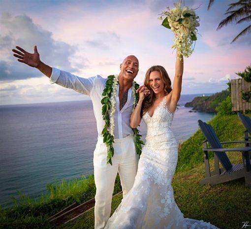 快訊/巨石強森終於結婚了!夏威夷甜吻愛妻照片超動人圖/翻攝自巨石強森IG