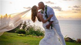 16:9 快訊/巨石強森終於結婚了!夏威夷甜吻愛妻照片超動人 圖/翻攝自巨石強森IG