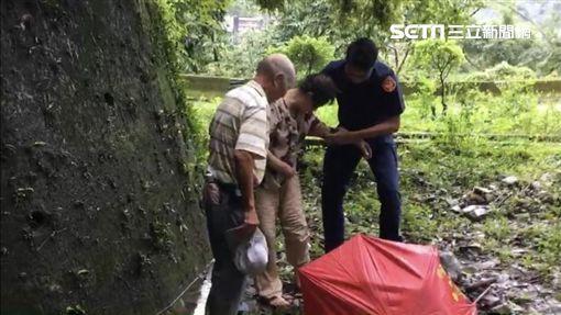谷關派出所警員在山溝內發現外出倒垃圾的何姓老婦(翻攝畫面)