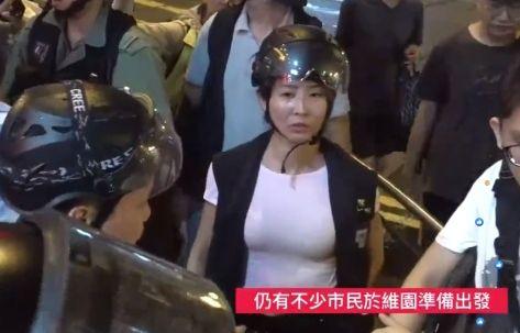 反送中/女警白色「透膚」上衣太胸猛!網友起底掀論戰(圖/翻攝自女警IG)