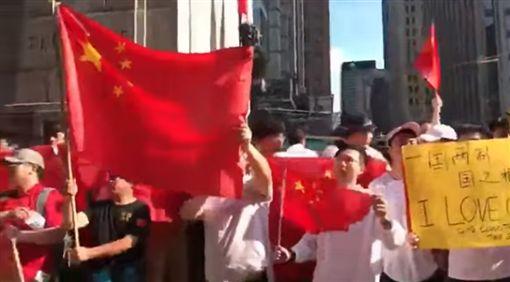 中國人鬧場反送中喊「Free China」 警察也笑了(圖/翻攝自挪威 Littleoslo臉書)
