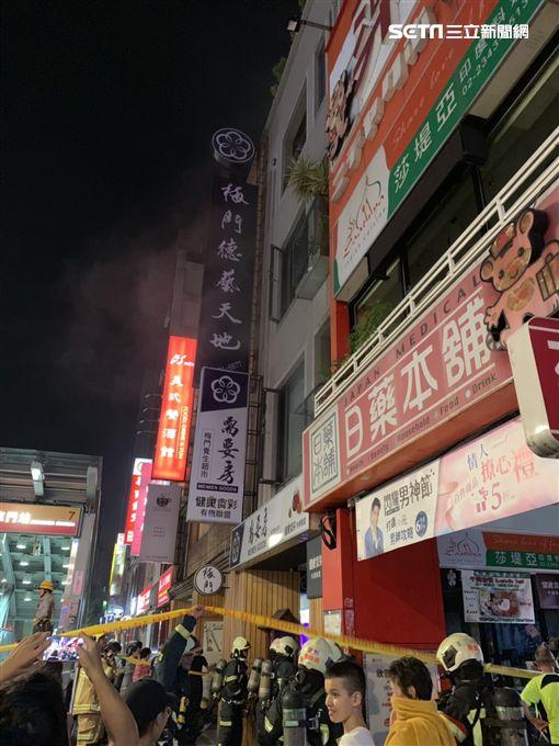 台北市捷運東門站7號出口處店家發生火警(讀者提供)