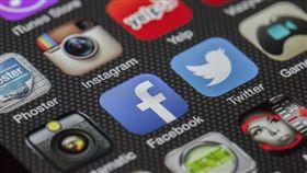 英國,社群媒體,電視新聞,老人,年輕人。(圖/Pixabay)