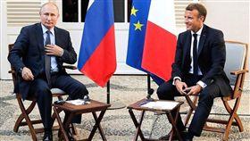 法國總統馬克宏(右)19日邀請俄羅斯總統蒲亭(左)在地中海岸的總統度假別墅布瑞岡松堡會面,談到敘利亞內戰,各執一詞,未獲共識。(圖取自twitter.com/kremlinrussia_e)