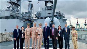 美國在台協會處長酈英傑(右5)20日南下高雄,參訪美國軍售的兩棲突擊車與驅逐艦。(圖取自facebook.com/AIT.Social.Media)