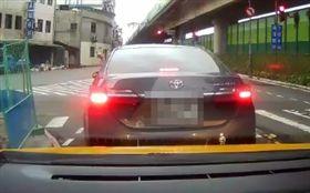 「爆怨公社」網友抱怨前方駕駛綠燈不走,竟換來一個中指。(圖/翻攝自爆怨公社)