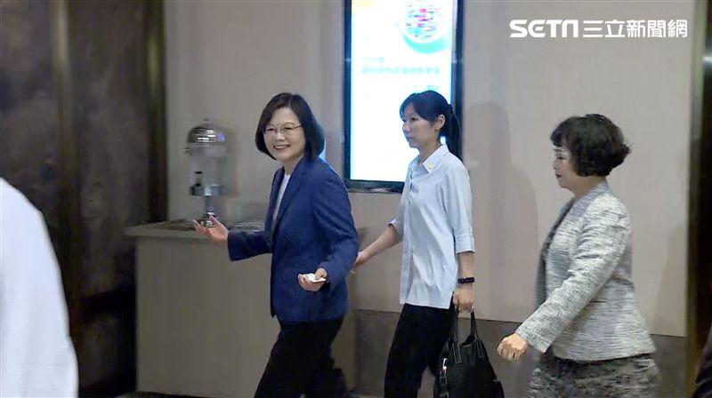 嚇到吃手手!韓國瑜自爆被裝追蹤器 蔡英文雙手一攤回應…