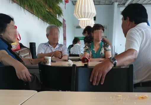 上海老人IKEA相親 反映城市高齡化問題(3)上海徐家匯宜家的「老年相親角」具體形成時間不可考,有一說是宜家在2007年發起憑會員卡換取免費咖啡後,便陸續吸引老人家到此消磨時間;再過幾年,便自發成為老人相親場所,距今少說有10年時間。中央社記者陳家倫上海攝 108年8月20日