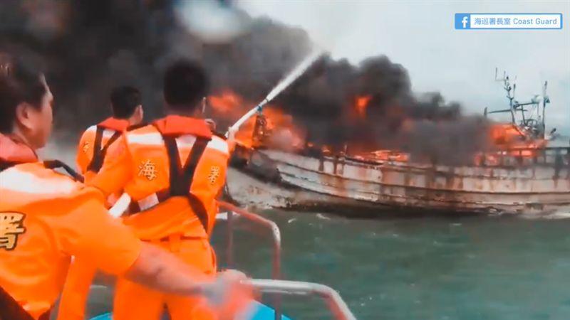 火燒船他堅守駕駛艙…海巡急喊船放掉!船長淚見心血陷火海