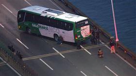 巴西警方官員表示,一名槍手今日在里約熱內盧攔下一輛巴士,挾持車上的16名乘客為人質,警方包圍巴士,正進行談判。(翻攝自推特)