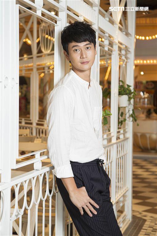 《致親愛的孤獨者》主演劉冠廷接受三立新聞網專訪。(圖/記者林士傑攝影)