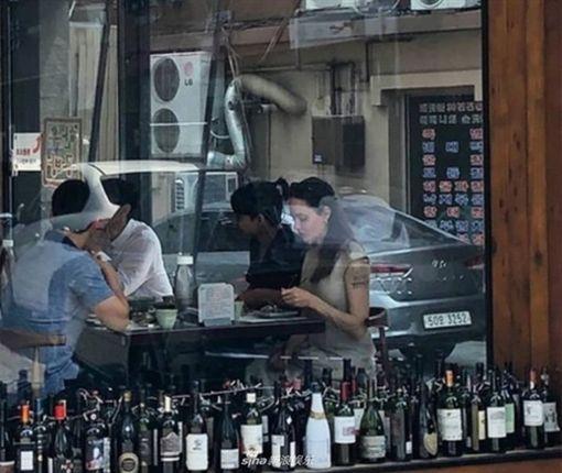 安潔莉娜裘莉(Angelina Jolie)出現在首爾,陪大兒子梅鐸斯準備開學。微博