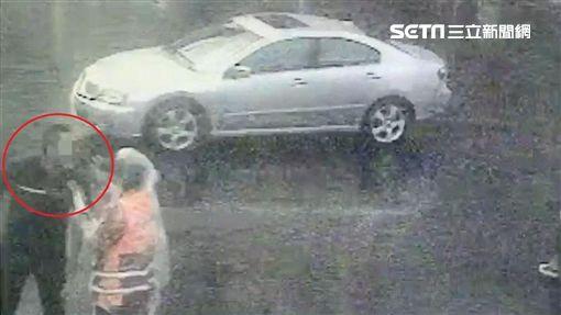 高姓義交勸阻違停路口的4名屁孩,反遭對方持彈簧刀恐嚇(翻攝畫面)