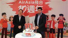 亞航歡慶飛台10週年亞洲最大低成本航空公司亞洲航空(AirAsia)自2009年7月進軍台灣,今年已滿10年,AirAsia長程運輸首席執行長班雅明(Benyamin Ismail)(右)20日在台與AirAsia台灣區行銷業務總經理陳長星(左)切蛋糕同慶。中央社記者汪淑芬傳真 108年8月20日
