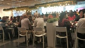 上海老人IKEA相親 反映城市高齡化問題(1)高齡化程度居全中國第一的上海,盛裝的大叔、大媽每週二、四都會相邀到徐家匯的宜家相親、找伴。圖為20日下午2時上海徐家匯宜家的用餐區,幾乎9成消費者都是銀髮族。中央社記者陳家倫上海攝 108年8月20日