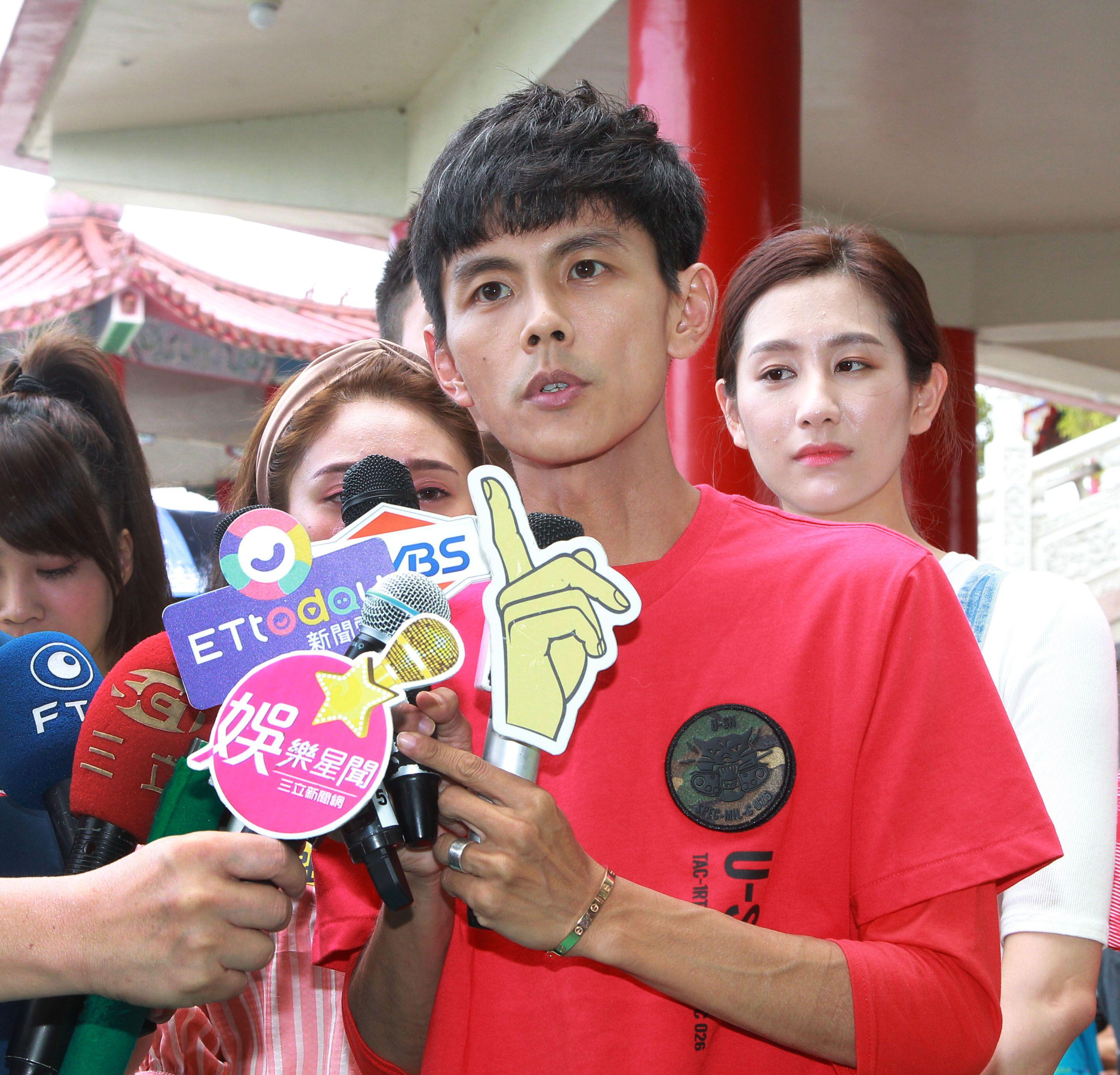 阿翔參加綜藝大集合錄影受訪時一樣,「老婆至上」,強調跟老婆會一起往好的方向走。(記者邱榮吉/攝影)