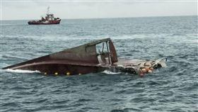 漁船疑遭貨輪擦撞翻覆 1人重傷5人輕傷「新億福號」漁船21日上午在彰化王功外海疑遭貨輪擦撞翻覆,船上6名船員落海,造成1人重傷、5人輕傷,台中海巡隊派海巡艦艇接駁送醫。(翻攝畫面)中央社記者趙麗妍傳真 108年8月21日
