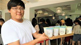 酸奶大變身(1)以往在中國街頭常以土氣包裝示人的酸奶(優格),現在被開發成手搖飲料,並推出椰子玫瑰、藜麥燕麥、紅棗核桃等養生口味,進軍人民幣千億級市場。中央社記者陳家倫上海攝 108年8月21日