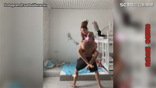 ▲後面小男孩跟著模仿跳下床。(圖/Instagram@svetasidananas  授權)