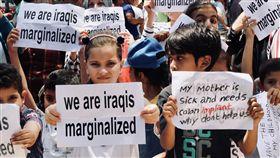 (16:9)伊拉克難民滯留雅加達(3)難民女孩舉著「我們是被邊緣化的伊拉克人」標語,參與21日在聯合國難民署雅加達辦公室外的抗議活動。另一名男童則以手寫標語表達母親需要進行結腸手術。中央社實習記者張璦雅加達攝  108年8月21日