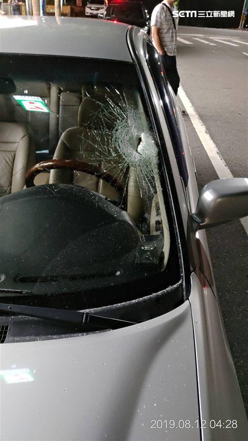楊男開車載著侯女回家,警方卻將他們誤認成毒犯,不但開槍攔阻車輛,還將楊男拖下車痛打一頓(楊男提供)